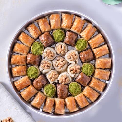 Baklava-speciaal-met-walnoot-op-het-dienblad-2