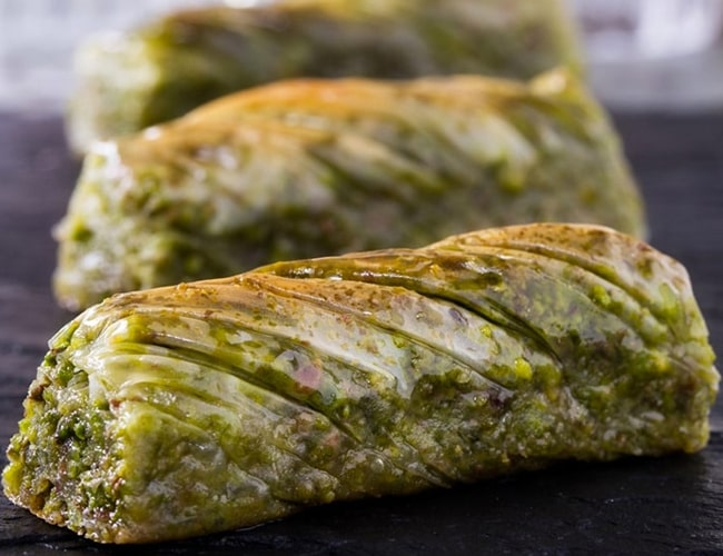Twisted Traditional Turkish Baklava with Pistachio фото