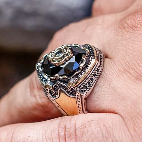 Anillo de plata con circonita negra y diseño personalizado
