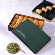 Baklava à la pistache dans une boîte en métal